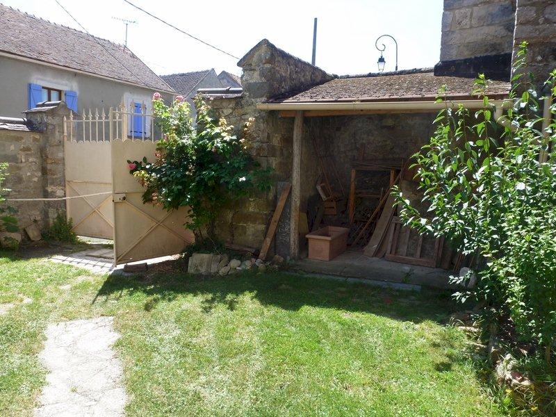 77 Écuelles - Maison de Muguett artiste peintre - La cour fleurie vue sur préau et portail