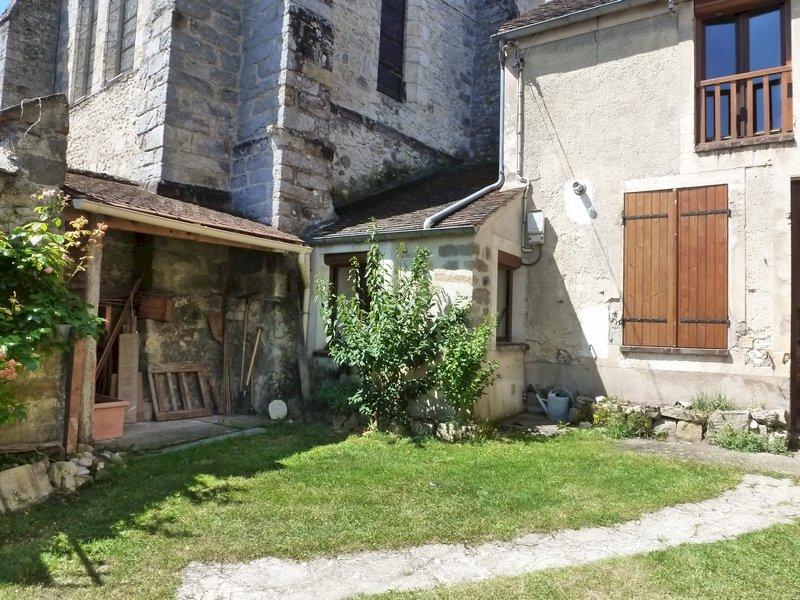 77 Écuelles - Maison de Muguett artiste peintre - La cour fleurie vue sur salle de bain et préau