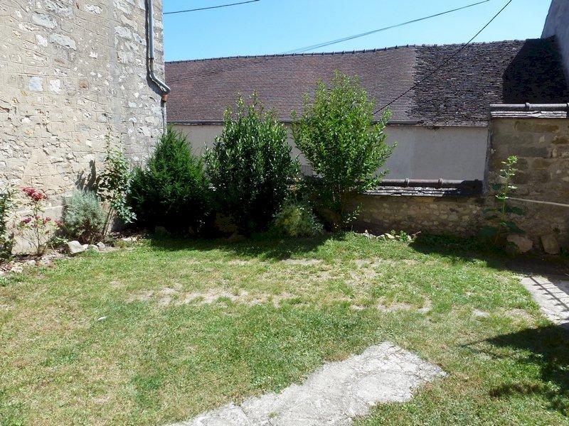 77 Écuelles - Maison de Muguett artiste peintre - La cour fleurie vue sur muret protégé d'un faîtage