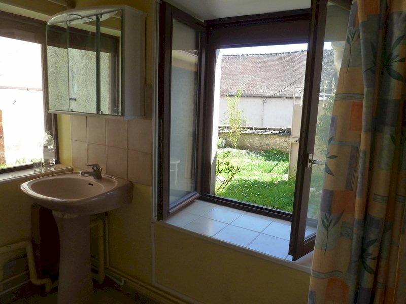 77 Écuelles - Maison de Muguett artiste peintre - Salle de bain, baignoire sur cour